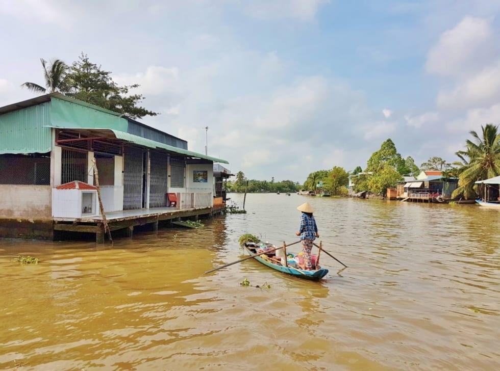 Lady rowing sampan