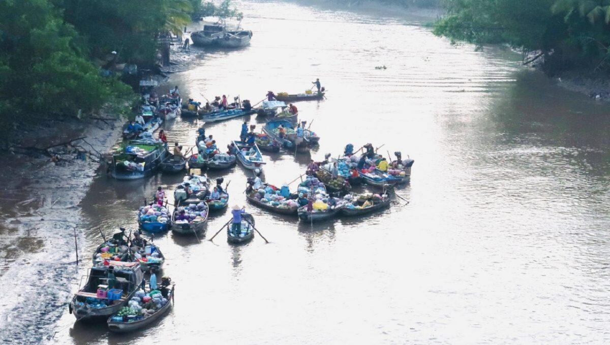 Phong Dien floating market tour