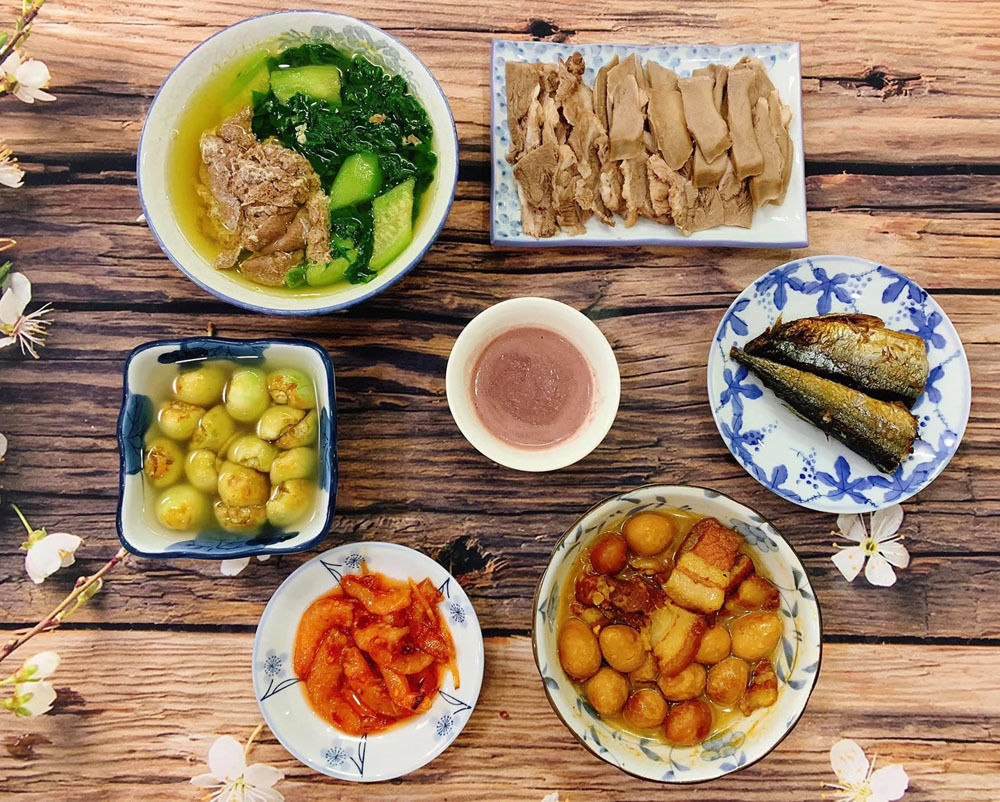 A Vietnamese family meal in the past