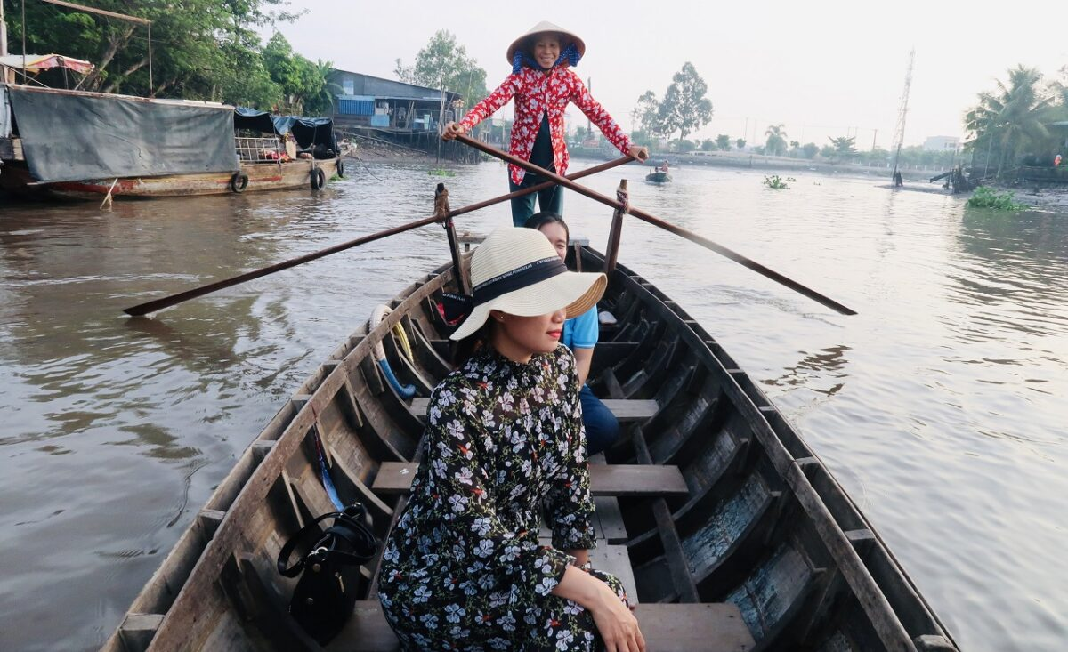 Get to the Phong Dien market in Vietnam by a small boat
