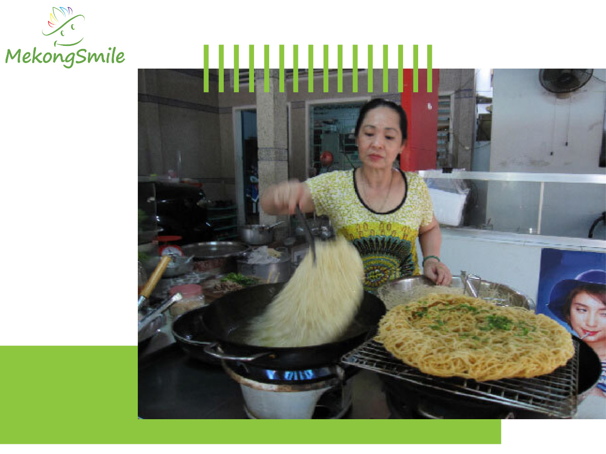 Fry rice noodle to make noodle pizza