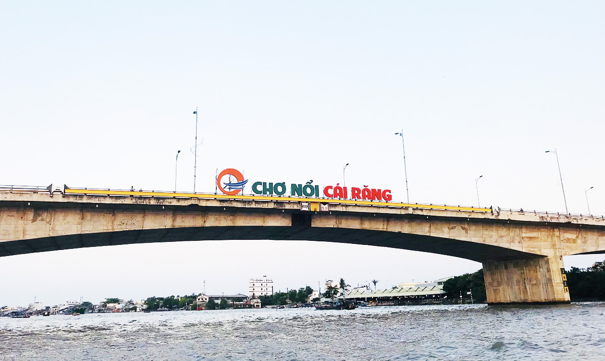 the name of the floating market in Mekong