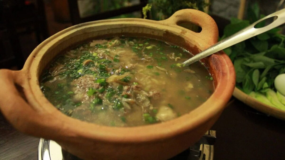 The crab porridge is cooked in an earthen pot to keep the flavor of the dish